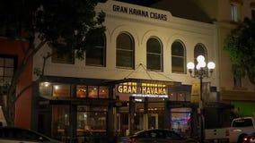 Gran Havana Cigars en el cuarto histórico San Diego de Gaslamp por la noche - California, los E.E.U.U. - 18 de marzo de 2019 almacen de video