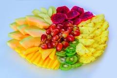 Gran idea de las comidas coloridas, sanas para la buena nutrición, regalo de las vitaminas por días de fiesta Bandeja de la fruta imagen de archivo libre de regalías