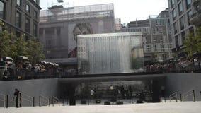 Gran inauguración de la nueva ubicación al por menor para Apple en libertad de la plaza en el centro histórico de Milán metrajes