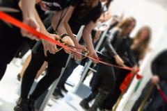 Gran inauguración de la tienda - cortar la cinta roja imagen de archivo libre de regalías