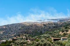 Gran incendio in aperta campagna su Crete Fotografie Stock Libere da Diritti
