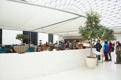 Gran interior de la corte de British Museum, restaurante con la gente en Londres Foto de archivo libre de regalías