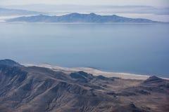 Gran Lago Salato e montagne fotografie stock