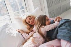 Gran mañana Madre e hija que gastan el tog despreocupado de la mañana Fotografía de archivo