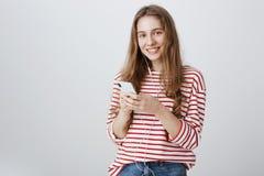 Gran manera de comunicar con el mundo Retrato de hacer muecas smartphone que se sostiene modelo rubio apuesto y de llevar Fotografía de archivo libre de regalías