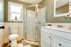 Gran mezcla de los gabinetes de cuarto de baño blancos con las paredes verdes olivas. foto de archivo libre de regalías
