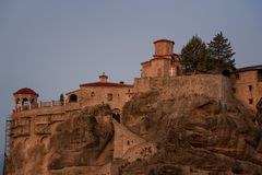 Gran monasterio de Meteoron Visión escénica hermosa, edificio griego tradicional antiguo en el top del pilar de piedra enorme en  Foto de archivo