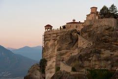 Gran monasterio de Meteoron Visión escénica hermosa, edificio griego tradicional antiguo en el top del pilar de piedra enorme en  Fotografía de archivo