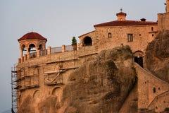 Gran monasterio de Meteoron Visión escénica hermosa, edificio griego tradicional antiguo en el top del pilar de piedra enorme en  Fotos de archivo