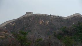 Gran Muralla en el pico de montaña, arquitectura antigua de China, fortaleza metrajes
