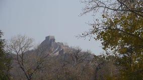 Gran Muralla en el pico de montaña, arquitectura antigua de China, fortaleza almacen de video