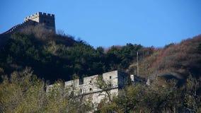 Gran Muralla en el pico de montaña, arquitectura antigua de China, fortaleza en otoño de la caída almacen de video