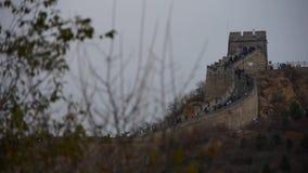 Gran Muralla que sube del visitante en el pico de montaña, arquitectura antigua de China, fortaleza almacen de video