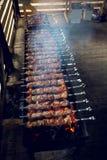 Gran número de preparar kebabs en la parrilla Fotos de archivo libres de regalías