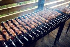 Gran número de preparar kebabs en la parrilla Foto de archivo