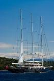 Gran nave que navega cerca de orilla Foto de archivo libre de regalías