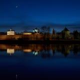 Gran Novgorod Noche, la fortaleza Río Volkhov fotografía de archivo