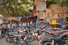 Gran numero dei motocicli parcheggiati sulla strada fotografie stock