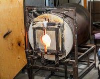 Gran opinión detallada del primer del horno que sopla de cristal en el trabajo Fotografía de archivo libre de regalías