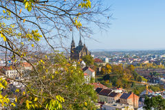 Gran opinión sobre edificios checos en Brno con la señal hermosa de la catedral del santo Peter And Paul imagenes de archivo