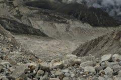 Gran parte del glaciar de Khumbu con las capas hechas por el hielo, rocas, fango, pequeña vegetación nepal Imagen de archivo libre de regalías