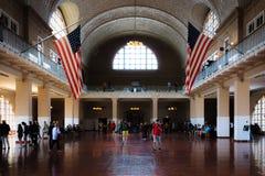 Gran pasillo del museo de la inmigración en la isla de Ellis foto de archivo