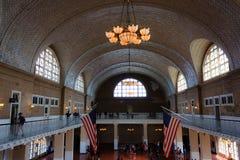 Gran pasillo del museo de la inmigración en la isla de Ellis fotos de archivo