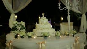 Gran pastel de bodas hermoso, destacado en diversos colores metrajes