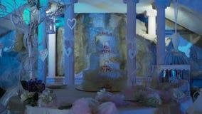 Gran pastel de bodas hermoso, destacado en diversos colores almacen de video