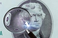 gran plan de 2 billetes de dólar Billetes de dólar de los E.E.U.U. dos macros Dólar bajo la lupa Fotografía de archivo libre de regalías