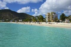 Gran playa de la bahía en St Maarten, del Caribe Fotos de archivo