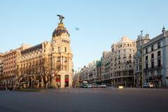 Gran Przez i ikonowy metropolia budynek sourrounded trational hiszpańską architekturą przy wschodem słońca Zdjęcie Royalty Free