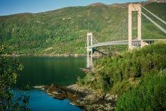 Gran puente moderno de Skjomen de la suspensión en Noruega fotos de archivo