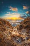 Gran puesta del sol en las dunas danesas imagen de archivo