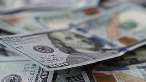 Gran quantità dei soldi degli Stati Uniti che si trova alla tavola nell'ordine casuale stock footage