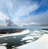 Gran río con masas de hielo flotante de hielo flotantes Fotos de archivo