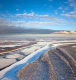 Gran río con masas de hielo flotante de hielo flotantes Imagenes de archivo
