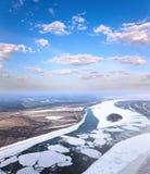 Gran río con masas de hielo flotante de hielo flotantes Imagen de archivo libre de regalías
