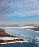 Gran río con masas de hielo flotante de hielo flotantes Fotografía de archivo