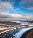 Gran río con masas de hielo flotante de hielo flotantes Foto de archivo