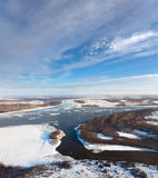 Gran río con masas de hielo flotante de hielo flotantes Imágenes de archivo libres de regalías