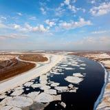 Gran río con masas de hielo flotante de hielo flotantes, visión superior Foto de archivo libre de regalías