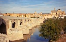 Gran río de la mezquita, de Roman Bridge y de Guadalquivir, Córdoba, España Fotos de archivo