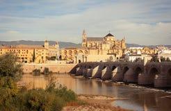 Gran río de la mezquita, de Roman Bridge y de Guadalquivir, Córdoba, España Fotografía de archivo