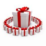 Gran regalo rodeado por los pequeños regalos Imagen de archivo