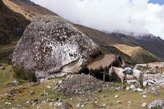 Gran roca en el rastro de Salcantay con una choza Imagenes de archivo