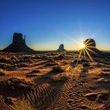 Gran salida del sol en el valle del monumento Imagen de archivo libre de regalías