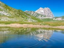 Gran Sasso bergtoppmöte på den Campo Imperatore platån, Abruzzo, Italien Arkivbilder