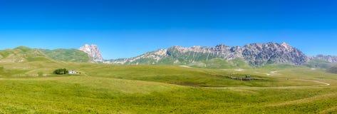 Gran Sasso bergtoppmöte på den Campo Imperatore platån, Abruzzo, Italien Arkivbild