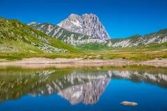 Gran Sasso bergtoppmöte på den Campo Imperatore platån, Abruzzo, Italien Royaltyfri Bild